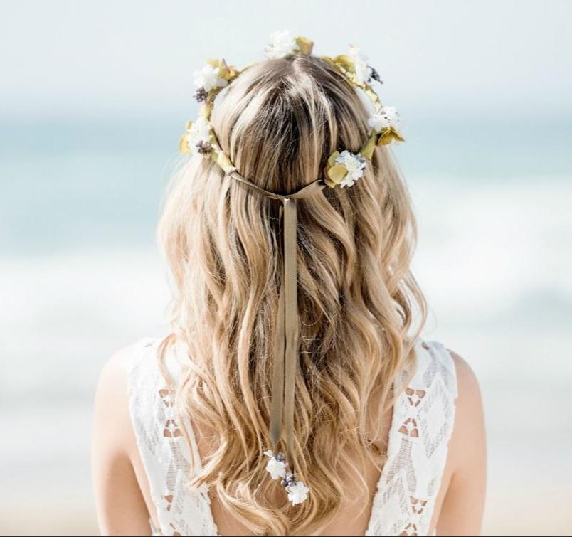 vestido de novia con tirantes peinado suelto ondas